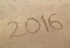 Gelukkig nieuw die jaar op zandig strand wordt geschreven Stock Fotografie