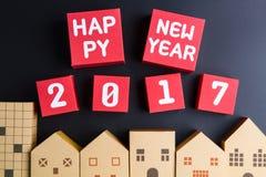 Gelukkig nieuw jaar 2017 aantal op rode document vakje kubussen en huisarchi Stock Afbeeldingen