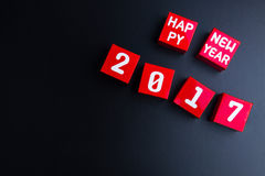 Gelukkig nieuw jaar 2017 aantal op rode document vakje kubussen op zwarte backg Royalty-vrije Stock Foto