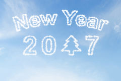 Gelukkig nieuw jaar 2017 en de wolk van de Kerstmisboom op hemel Stock Afbeelding