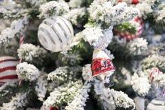 Gelukkig nieuw jaar en ornamenten op de Kerstboom met giftdoos Royalty-vrije Stock Afbeeldingen