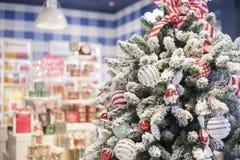 Gelukkig nieuw jaar en ornamenten op de Kerstboom met giftdoos Stock Foto