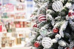 Gelukkig nieuw jaar en ornamenten op de Kerstboom met giftdoos Royalty-vrije Stock Foto