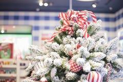 Gelukkig nieuw jaar en ornamenten op de Kerstboom met giftdoos Stock Fotografie