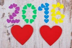 Gelukkig nieuw jaar 2016 gemaakt van kleurrijke harten en rode houten harten Stock Fotografie