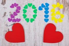 Gelukkig nieuw jaar 2016 gemaakt van kleurrijke harten en rode houten harten Stock Afbeelding