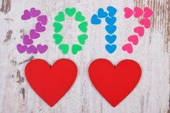 Gelukkig nieuw jaar 2017 gemaakt van kleurrijke harten en rode houten harten Royalty-vrije Stock Foto's