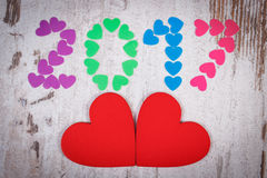 Gelukkig nieuw jaar 2017 gemaakt van kleurrijke harten en rode houten harten Stock Foto's