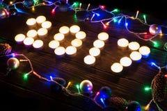 Gelukkig nieuw jaar 2017 geschreven met het branden van kaarsen Stock Fotografie