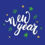 Gelukkig nieuw jaar 2018 hand geschreven het van letters voorzien citaat met dalende sneeuw op blauwe achtergrond Moderne borstel Royalty-vrije Stock Foto's