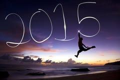 Gelukkig nieuw jaar 2015 jonge mens die en 2015 springen trekken Stock Foto