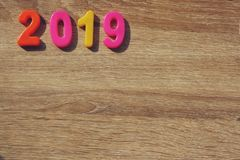 Gelukkig nieuw jaar 2019, Magnetische Alfabetletters & Getallen - Plastic Onderwijsstuk speelgoed stock foto's