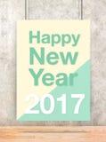 Gelukkig nieuw jaar 2017 op room en groene pastelkleuraffiche die hangen Stock Foto's