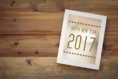 Gelukkig nieuw jaar 2017 op wit uitstekend houten kader op hout backgr Royalty-vrije Stock Fotografie