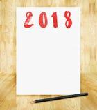 Gelukkig nieuw jaar 2018 op Witboekkader met potlood in hand bru Stock Foto's