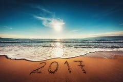 Gelukkig Nieuwjaar 2017 concept op het overzeese strand; sunrsie schot Stock Afbeeldingen