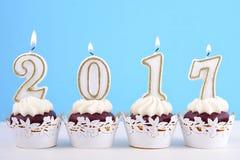 Gelukkig Nieuwjaar cupcakes met 2017 kaarsen Stock Afbeelding