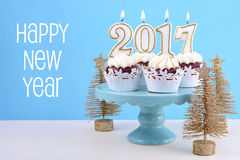 Gelukkig Nieuwjaar cupcakes met 2017 kaarsen Royalty-vrije Stock Afbeeldingen