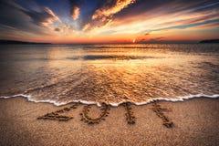 Gelukkig Nieuwjaar 2017, die op het strand van letters voorzien Stock Afbeelding