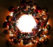 Gelukkig Nieuwjaar een Vrolijk kader van de Kerstmiskroon Stock Fotografie