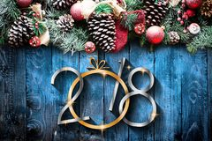 2018 Gelukkig Nieuwjaar en Vrolijk Kerstmiskader met Sneeuw en rea Stock Fotografie