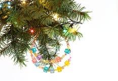 Gelukkig Nieuwjaar en vrolijke Kerstkaart geparelde brievenslinger op sparrenbrunch Stock Afbeeldingen
