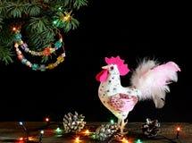 Gelukkig Nieuwjaar en Vrolijke Kerstkaarthand - gemaakte ambacht kleurrijke geparelde brievenslinger op Kerstboomtak Stock Foto's