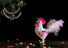 Gelukkig Nieuwjaar en Vrolijke Kerstkaarthand - gemaakte ambacht kleurrijke geparelde brievenslinger op Kerstboomtak Stock Afbeelding