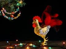 Gelukkig Nieuwjaar en Vrolijke Kerstkaarthand - gemaakte ambacht kleurrijke geparelde brievenslinger op Kerstboomtak Royalty-vrije Stock Foto's