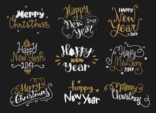 Gelukkig Nieuwjaar en Vrolijke Kerstmis gouden hand getrokken van letters voorziende etiketten stock foto's
