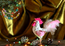Gelukkig Nieuwjaar en Vrolijke Kerstmishand - gemaakte ambacht kleurrijke geparelde brievenslinger op Kerstboomtak Royalty-vrije Stock Afbeelding