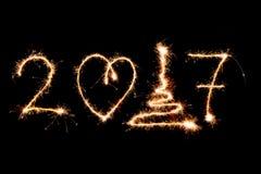 GELUKKIG NIEUWJAAR 2017 geschreven met vuurwerk als achtergrond Stock Afbeelding