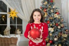 Gelukkig Nieuwjaar Kerstmis Het jonge geitje geniet van vakantie klein gelukkig meisje bij Kerstmis ochtend vóór Kerstmis De vaka royalty-vrije stock afbeelding