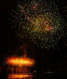 Gelukkig Nieuwjaar 2019 Kleurrijk vuurwerk in de stad Stock Foto's