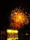 Gelukkig Nieuwjaar 2019 Kleurrijk vuurwerk in de stad Royalty-vrije Stock Fotografie