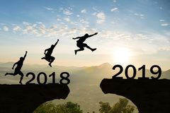 Gelukkig Nieuwjaar 2019 Mensensprong over silhouetbergen Royalty-vrije Stock Afbeelding