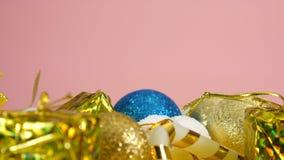 Gelukkig Nieuwjaar Nieuwe jaarkaart op roze achtergrond met Kerstmisspeelgoed stock videobeelden