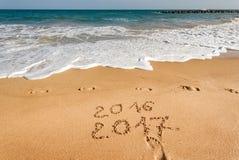 Gelukkig Nieuwjaar 2017 op het strand Stock Fotografie