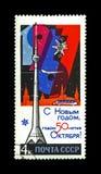 Gelukkig Nieuwjaar, Ostankino-televisietoren, Molniya 1 satelliet en het Kremlin, Kerstmisdecoratie, de USSR, circa 1966 , royalty-vrije stock afbeelding