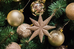 Gelukkig Nieuwjaar ` s en het concept van de Kerstmisviering met gouden glanzende ballen Stock Foto