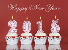 Gelukkig Nieuwjaar voor het rode fluweel van 2015 cupcakes Stock Fotografie