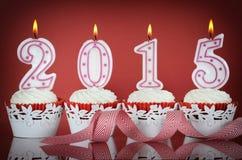 Gelukkig Nieuwjaar voor het rode fluweel van 2015 cupcakes Stock Foto's