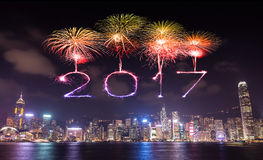2017 gelukkig Nieuwjaarvuurwerk die over Hong Kong-stad vieren Stock Foto