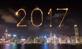 2017 gelukkig Nieuwjaarvuurwerk die over Hong Kong-stad vieren Stock Fotografie