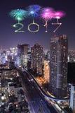 2017 gelukkig Nieuwjaarvuurwerk over cityscape van Tokyo bij nacht, Jap Royalty-vrije Stock Foto