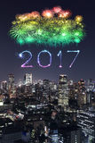 2017 gelukkig Nieuwjaarvuurwerk over cityscape van Tokyo bij nacht, Jap Stock Afbeelding
