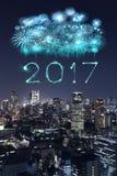 2017 gelukkig Nieuwjaarvuurwerk over cityscape van Tokyo bij nacht, Jap Stock Foto's