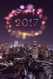 2017 gelukkig Nieuwjaarvuurwerk over cityscape van Tokyo bij nacht, Jap Stock Afbeeldingen