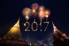 2017 gelukkig Nieuwjaarvuurwerk over het historische park van Sukhothai, Tha Stock Afbeeldingen