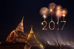 2017 gelukkig Nieuwjaarvuurwerk over het historische park van Sukhothai, Tha Stock Foto